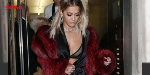 Rita Ora tüm bakışları üzerine topladı : Rita Ora müzikten sonra moda dünyasına da adım attı. İngiliz şarkıcı iç çamaşırı koleksiyonu tasarladı. 26 yaşındaki şarkıcının tasarımını yaptığı koleksiyonun tanıtımı için düzenlenen geceye ipek gecelikle katılması dikkati çekti. Londranın soğuk havasında siyah takımının üzerine bor...  http://www.haberdex.com/magazin/Rita-Ora-tum-bakislari-uzerine-topladi/124721?kaynak=feed #Magazin   #şarkıcı #Rita #üzerine #ipek #tanıtımı