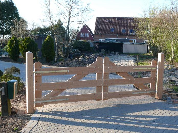 Landhekken, voor een oprijlaan. Prachtige hekken met een landelijke uitstraling. Verkrijgbar bij gadero, geleverd met palen en grendel