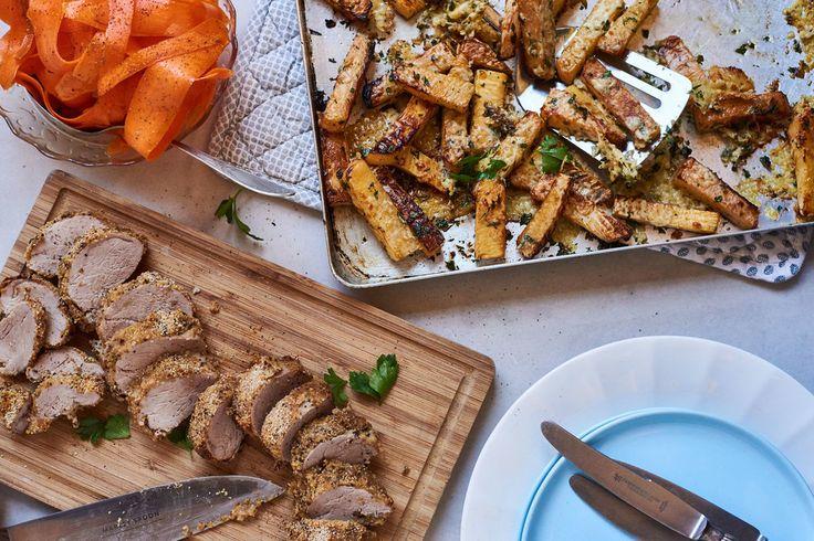 Varkenshaas met kruidenkorst, cheesy koolraap-friet en wortelsalade | Marley Spoon