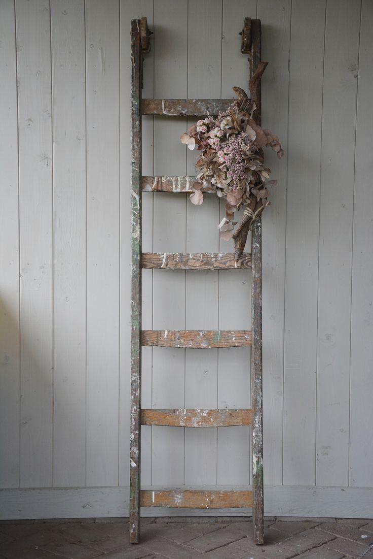 Stoer, oude ladder met wieltjes.