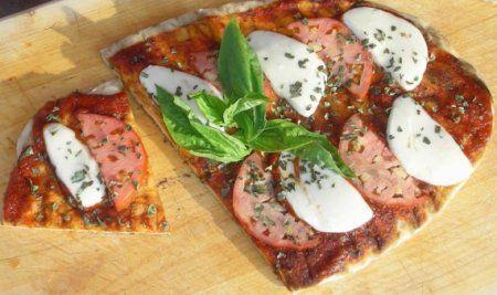 Пицца на гриле http://ratatui.org/22354-picca-na-grile.html   Вода теплая 1,25 стакана Сахар 1 столовая ложка Дрожжи сухие 2,25 чайной ложки Мука пшеничная 2,25 стакана Мука для выпечки кексов 1 стакан Соль 1 столовая ложка Масло оливковое 2 столовые ложки (плюс для жарки) Соус Маринара (или другой томатный) 0,5 стакана Моцарелла 100–120 граммов Помидор 0,5 штуки Базилик (свежий или сухой) рубленный 1 столовая ложка