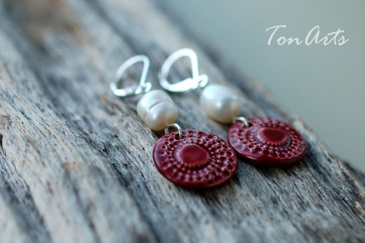 Ohrhänger - Keramik-Ohrringe weinrot mit Süßwasserperle - ein Designerstück von TonArts-Keramik bei DaWanda
