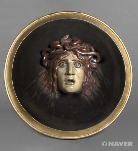 아놀드 뵈클린, 메두사의 머리, 19세기경, 오르세 미술관.    부조 형식으로 조각한 것이다. 표정이 매우 생생하다.