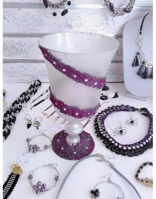Μοναδικό βάζο, φτιαγμένο στο χέρι με μωβ απόχρωση και διακοσμημένο με κρυσταλλάκια.