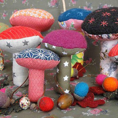 Des champignons  en tissu, une bonne idée pour recycler les chutes de tissu dont on n arrive pas à se séparer. ..