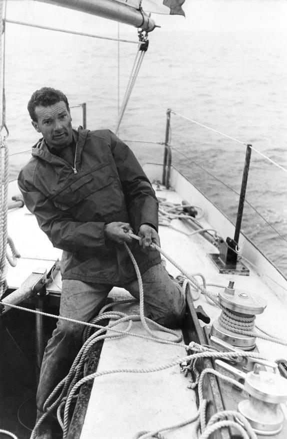 ERIC TABARLY A SON RETOUR DE LA COURSE PLYMOUTH NEWPORT, 1964.  Sacs fait dans ses voiles sur http://www.727sailbags.com/75-serie-limitee-eric-tabarly