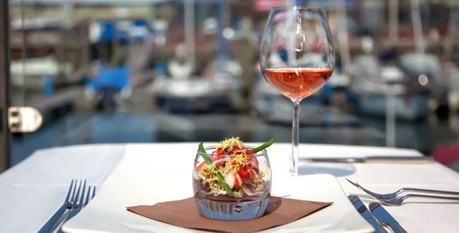 Place aux tomates coupées en quartiers, aux fèves fraîches, au poivron vert débité en lanières, au concombre épluché et finement tranché, au basilic...