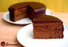 Como preparar la auténtica y verdadera tarta de chocolate y mermelada de albaricoque que tiene su origen en Austria. Una de las tartas de chocolate más famosas del mundo. Increíble y de rechupete. Paso a paso y fotos.
