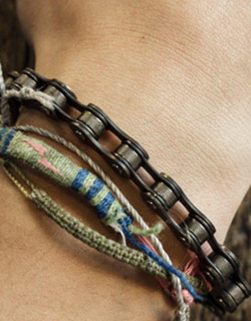 15e Fietsketting armband... stoer (maar, zou het fijn zitten? Volgens mij moet er een reep leer onder voor comfort! Mijn pols is geen tandwiel! Maar hijs wel stoer. En tof.)