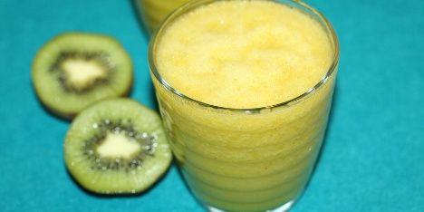 Kiwi smager rigtig godt i smoothies og så er det super sundt. Kiwien indeholder nemlig masser af C-vitaminer, mineraler og gode fedtsyrer.