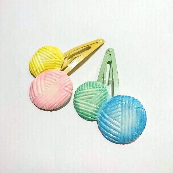 軽くて丈夫な高級石粉粘土で作った毛糸玉のパッチンピンです。ふわっと優しい色合いで着色し、毛糸の優しい風合いを表現しました。インパクトあるガーリーな雰囲気のモチーフです。ヘアアレンジには勿論、ポケットやバッグに留めて可愛いワンポイントにもお使いいただけます。●カラー:ピンク×イエロー、ブルー×ライムグリーン●サイズ:モチーフ:タテ4cm ヨコ3.1cm ピンの長さ:4.8cm●素材:石粉粘土、スリーピン(イエロー、ライムグリーン)●注意事項:耐水性のコーティングを施してありますが、長時間の水濡れにはご注意下さい。濡れたり汚れたりした場合はすぐに柔らかい布などで拭き取って下さい。強い力での取り扱いは破損の原因になります。●作家名:HoneyHotcake#毛糸玉 #パステル #石粉粘土 #陶器風 #軽くて丈夫 #可愛い #おしゃれ #大人かわいい #ファッション #ワンポイント #粘土 #石粉ねんど #陶器のような質感  #つやつや #オシャレ #ヘアアクセサリー #ピン留め #髪留め #パッチンどめ #パッチンピン #セット#アクセサリー #ハンドメイドパッチンピン…