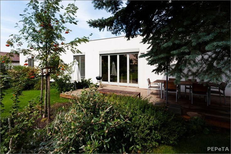 jedlá zahrada u rodinného domu  edible garden design prague
