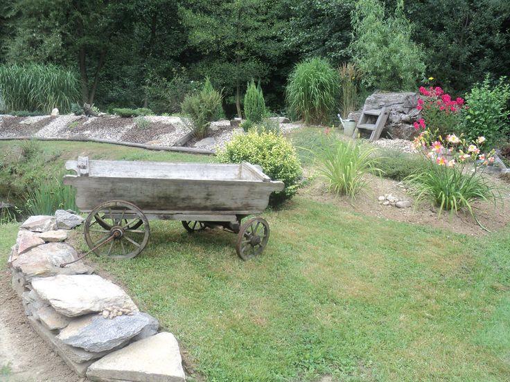 Zakomponované vysloužilé věci v zahradě