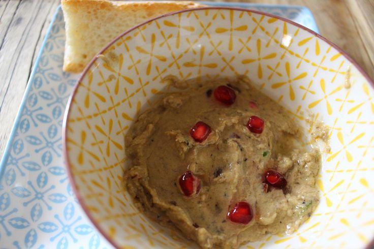 Il baba ganoush è una salsa di origini medio orientali composta principalmente da polpa di melanzane e spezie varie. La nostra ricetta è un po' più speciale con l'aggiunte che la rendono più cremosa e golosa. Si consiglia di servire la salsa con focaccia calda per un antipasto da dieci.