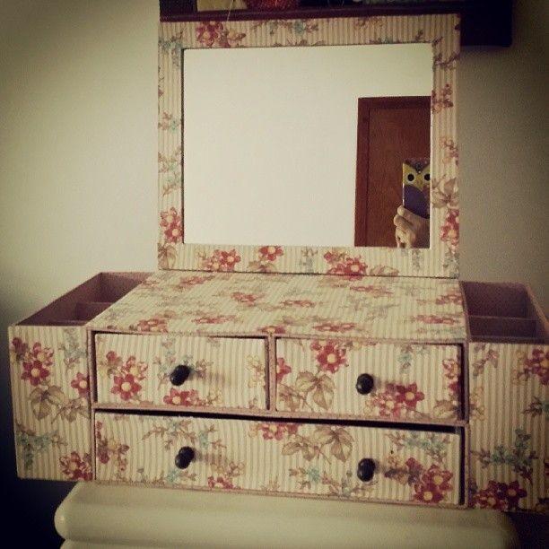 Caixa organizadora de maquiagem confeccionada em papelão holler 2mm revestido com tecido 100% algodão importado. Possui três gavetas com puxadores, divisórias para organizar pinceis, escovas, pentes e acessórios. Formato espelho: 25cm (largura) x 21cm(altura)
