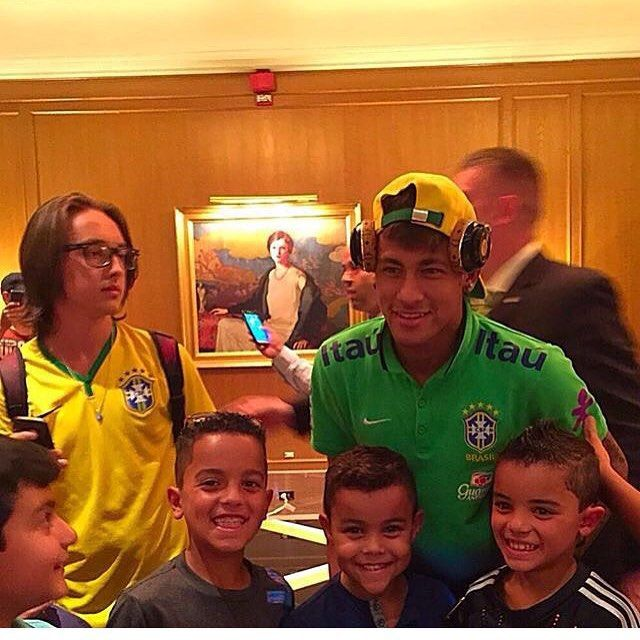 Neymar with little fans today❤️