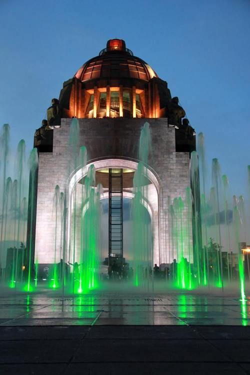 Monumento a la Revolución a eso de las 7:21pm