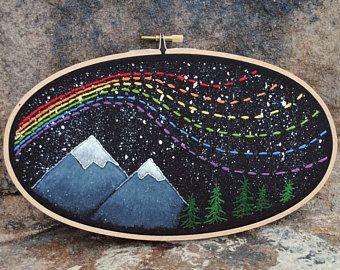 """Nacht hemel regenboog borduurwerk hoepel kunst, 5 """"x 9"""" ovaal, mixed media, splatter sterren, hand gestikt, bergen en bomen, regenboog in het donker"""