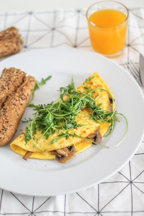 Easy omelet with roasted mushroom and rucola