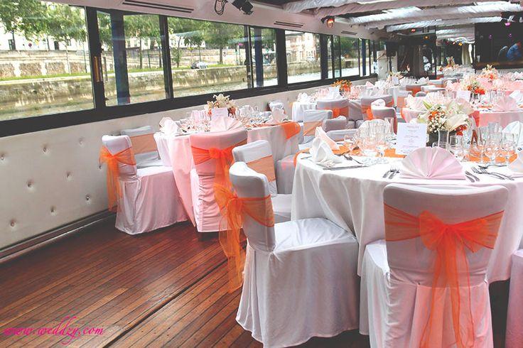 Des noeuds oranges et une décoration de table de la même couleur, ça donne un mariage pop détonnant !
