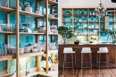 ¿Cómo hago para delimitar una cocina integrada? En esta casona antigua reciclada se optó por un antiguo mostrador de madera que segmenta el espacio y ofrece, a su vez, una superficie de apoyo para una comida rápida, un trago o un desayuno. Foto:Archivo LIVING