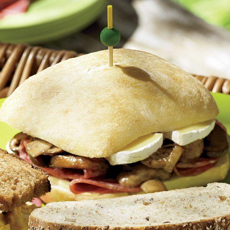 Sandwichs au salami et aux champignons marinés—Côté champignons, on se laisse tenter par la belle variété dans les supermarchés: champignons de Paris et café, shiitake, pleurotes, etc.