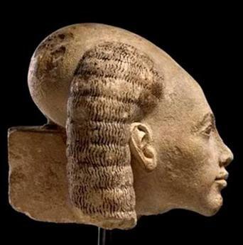 Cabeza de princesa de El-Amarna del antiguo Egipto; es una cabeza ancha vista desde el frente y muy alargada; se aprecia que no acaba en punta como ocurriría con la deformación por medios mecánicos, pues la  la explicación por deformación mecánica es la única explicación de la arqueología oficialista a la gran cantidad de cráneos desproporcionados encontrados por todo el mundo: EVIDENTE ENGAÑO