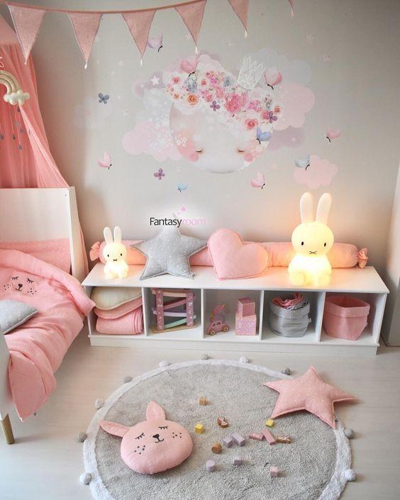 Bella decoraci n de cuarto para ni a en rosado y celeste for Decoracion paredes habitacion bebe nina