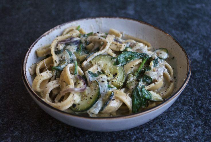 Varm og lækker pastaret med en cremet gorgonzolasauce, fyldt med smag og grønt. Retten passer perfekt til en kold og blæsende dag.