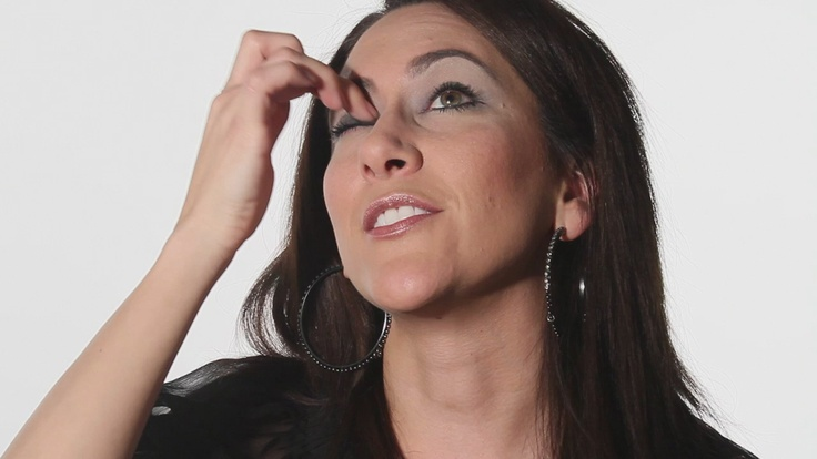 Video: How to Apply Evening Eye Shadow for Hazel Eyes