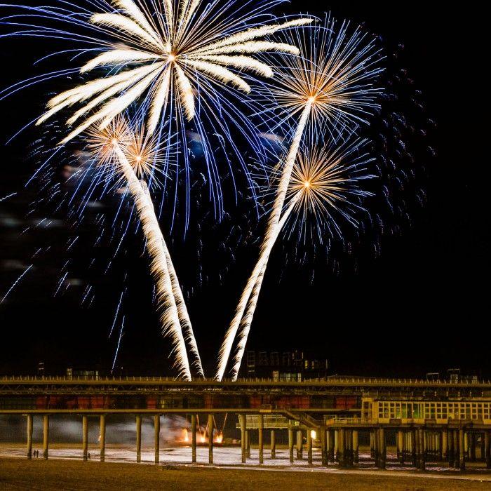 Bij de vuurwerkshow in Scheveningen besloot ik dat ik de laatste show wilde fotograferen vanaf een ander standpunt. Om de pier van Scheveningen in beeld te krijgen fotografeerde ik op een flinke afstand. De kleine mensen onder de pier gever de hoogte van het vuurwerkwerk goed weer.