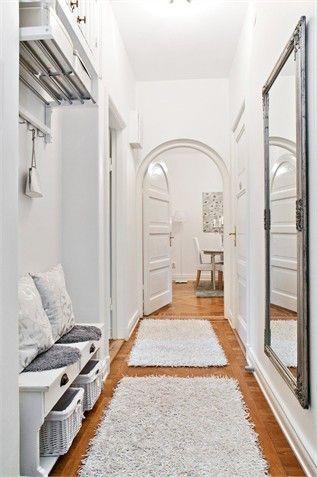 17 meilleures id es propos de couloir blanc sur pinterest couloir gris couloirs troits et - Idee deco couloir avec escalier ...