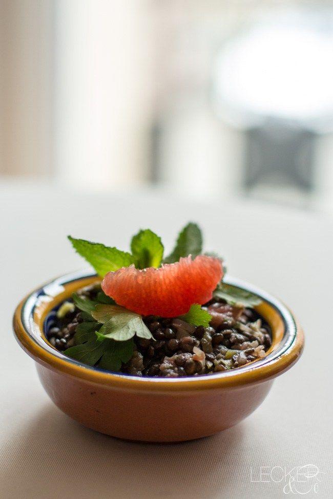 Ich liebe Linsen und habe vor über zwei Jahren bei einem Flying Buffett einen ähnlichen Linsensalat gegessen. Besonders gut fand ich die Kombination von Grapefruit und Koriander im Salat. Deshalb habe ich diesen Salat nachgekocht und für mein Flying Dinner als zweite Vorspeise serviert. Alle restlichen Rezepte habe ich in diesem Blogpost zusammengestellt: KLICK Ich …