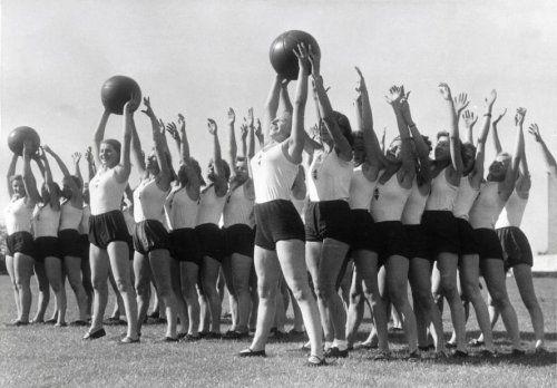 Onbekend | Fascistische partijen. N.S.D.A.P. Sportende Duitse meisjes met medicijnballen van de