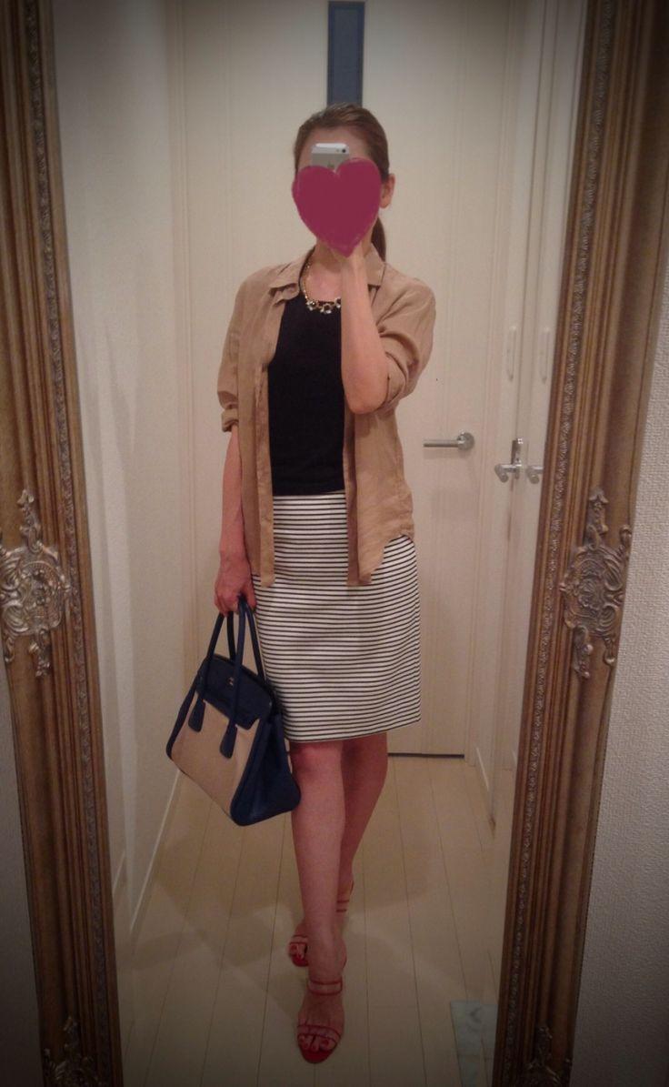 Black & white striped skirt + black top + beige shirt + red heels + beige and navy bag - http://ameblo.jp/nyprtkifml