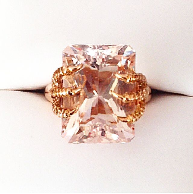 Zamrud ring in 18k gold and Morganite. Made to order: contact@mejuri.com