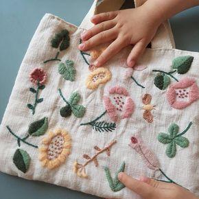 엄마와 아이가 함께 드는 미니백 #자수타그램 #자수 #자수가방 #미니백 #꽃자수 #울자수 #홈스타그램 #집스타그램 #핸드메이드 #히구치유미코 #yumikohiguchi #embroidery #handmade #minibag