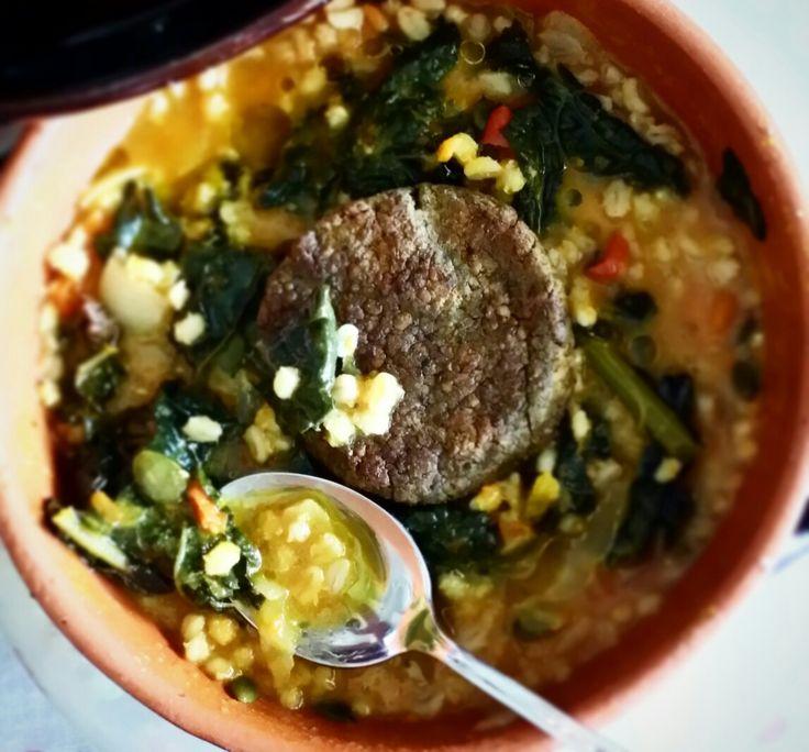 Zuppa di cavolo nero e orzo profumata alla curcuma con hamburger di lenticchie 😊 buonpranzo