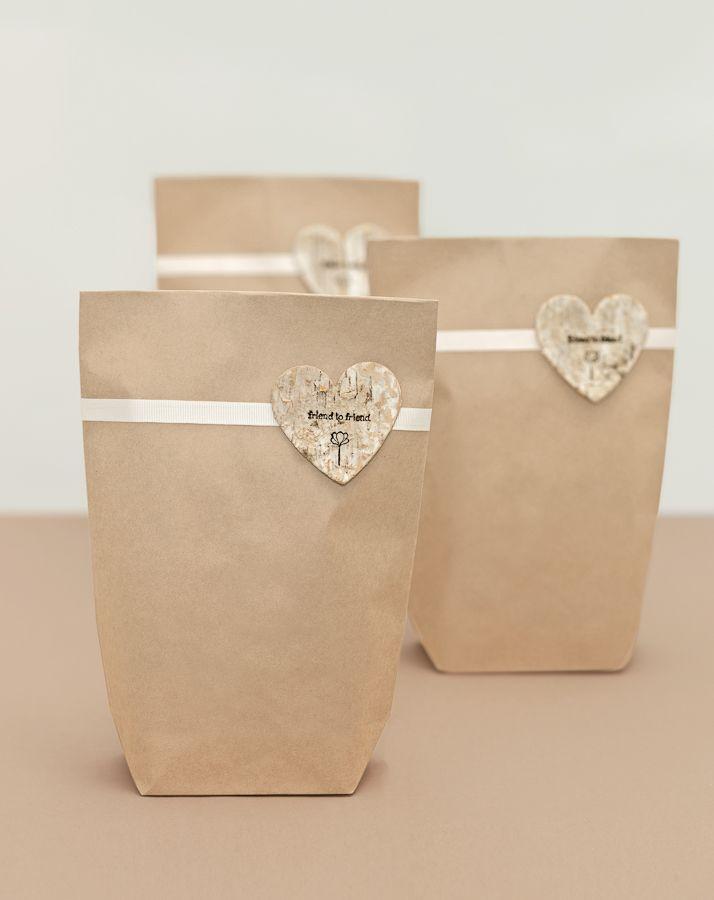 Mit Holzherz verzierte Tüte - Egal welche Kleinigkeit Sie ihren Gästen als Erinnerung anIhren besonderen Tag schenken möchten: Die Verpackung macht's!