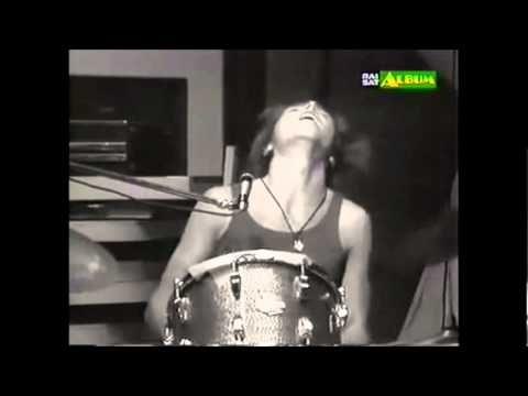 """Esecuzione live del bellissimo brano della Formula 3 """"Eppur mi son scordato di te"""", tratta dal programma di Lucio Battisti """"Tutti insieme"""" del 1971. Nel video si può riconoscere anche Mia Martini (bionda e con la gonna nera lunga) che fa il girotondo con altri artisti."""