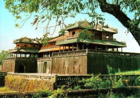 Hue is de oude keizerlijke hoofdstad van Vietnam. De citadel en de keizerlijke tombes zijn de voornaamste trekpleisters. In de Vietnam-oorlog is er heftig om de stad gevochten. Een tocht per boot naar de Thien Mu-pagode is aan te raden.