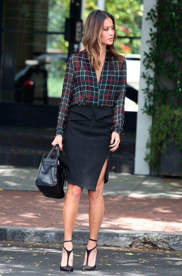 Aimee Song usa saia midi social com camisa xadrez e salto.