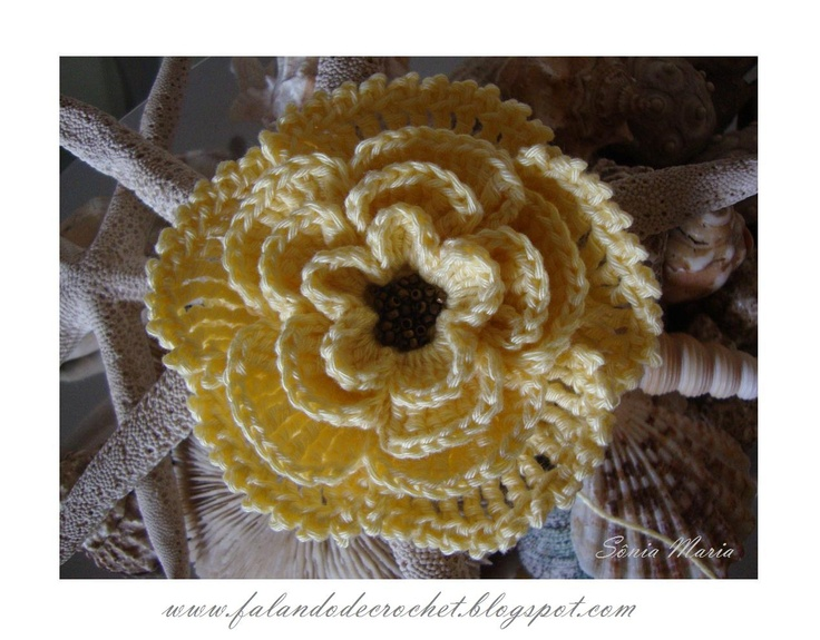 Crochet flower with beads for center.  Beautiful blog; wish I could read Portuguese.