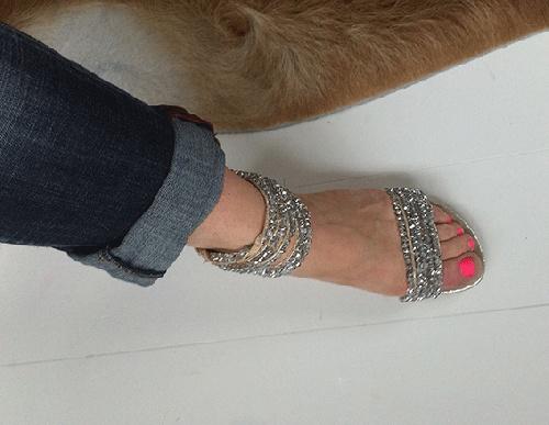 """Supertøff! Feminine sandaler i """"børstet"""" gull og blanke/sølv stener. Sandalene er som et smykke og funker aller best sammen med jeans eller et enkelt antrekk <3 www.farmhousedesign.no"""