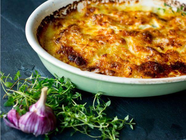 Potet- og sellerigrateng med hvitløk og parmesan | Meny.no