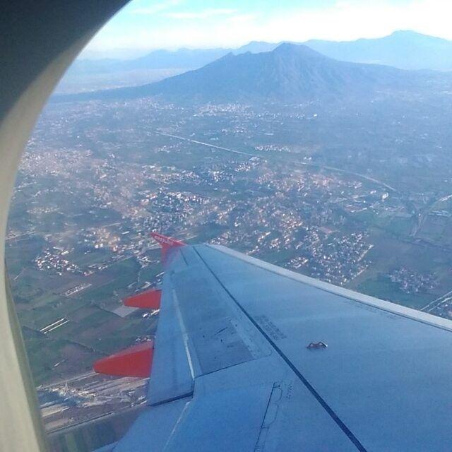 In viaggio #flight #Napoli#milano #easyjet vista #vesuvio appena decollati dall' #aeroporto #capodichino  #ilovetravelling #iloveitaly per #natale #christmas  #viaggio #travel tutto ok  #Buonviaggio #ottimoviaggio #travelblogger #travelblog #viaggiare #viaggiarechepassione #love