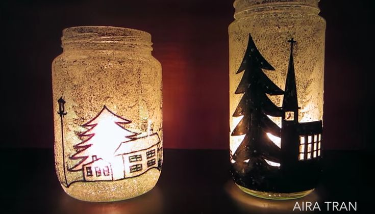 Decorazioni di Natale con vasi di vetro e candele