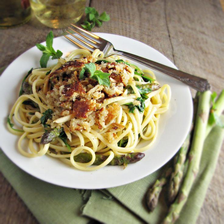 Asparagus and Arugula Pasta with Almond-Parmesan Crumble by katieatthekitchendoor #Pasta#Asparagus #Arugula