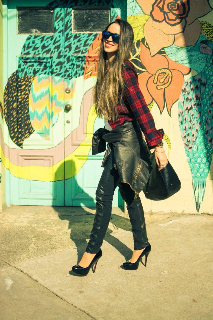 Nicole Putz usando neo grunge: camisa franella y pantalones mitad cuero, los cambiaria por todo cuero si y quiza unos flats