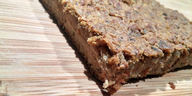 Recette de végé-pâté sans gluten et végétalien, fait à base de graines de tournesol et de citrouille, avec des légumes râpés.